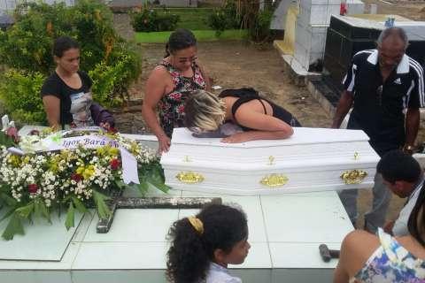 Corpo do menino Dyllan Soares é sepultado em Arapiraca em clima de comoção e indignação