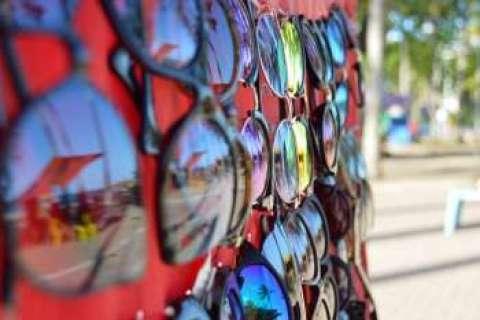 3b3e65496 Oftalmologista alerta sobre os riscos de usar óculos de sol ...